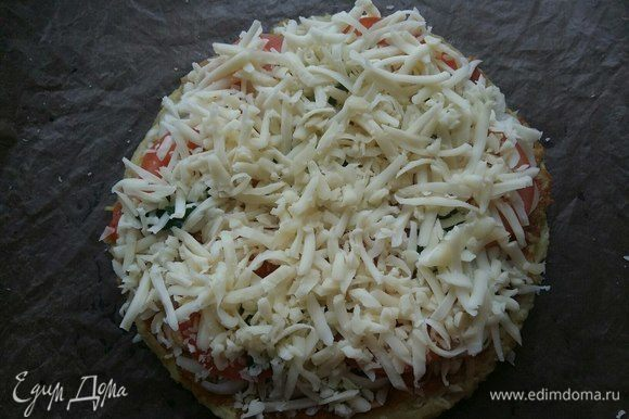 Слой сыра. И поставить в разогретую до 200°С духовку на 25 минут. Пока не зарумянится и расплавится сыр.