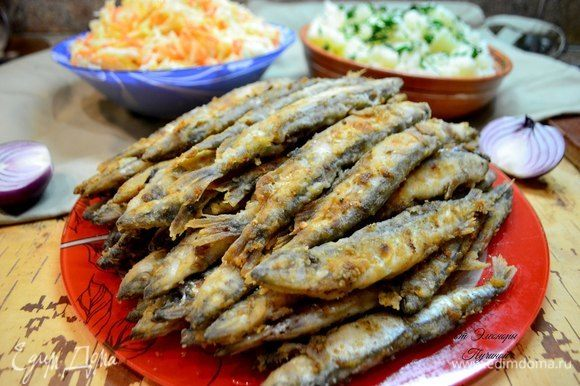 Готовую рыбу выложить первоначально на салфетку, затем — переложить в блюдо.