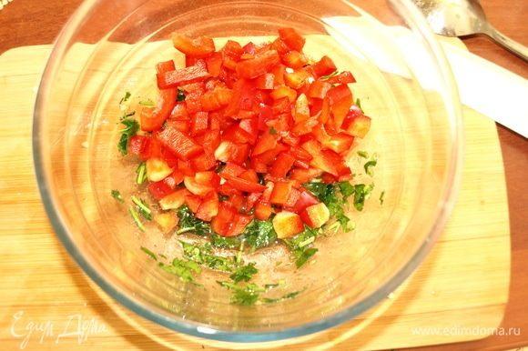 Сладкий перец очищаем от семян и перегородок. Мелко режем и добавляем в миску к заправке.
