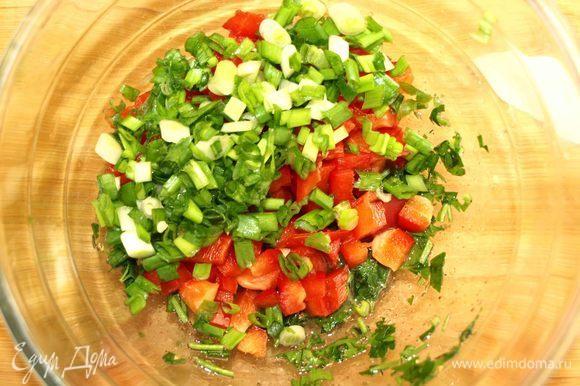 Порубить мелко зеленый лук и отправить к сладкому перцу.