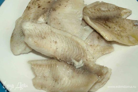 Рыба готова, сальса готова. На тарелку выкладываем два кусочка тилапии, сверху выкладываем сальсу. Блюдо готово и можно подавать.