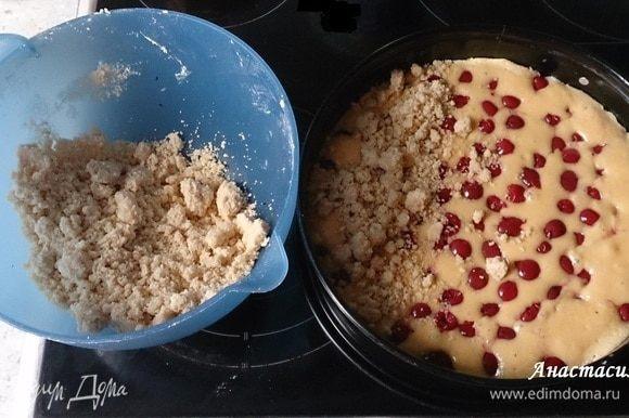 Запекаем в предварительно разогретой до 175°С духовке 10 минут. Осторожно достаем пирог и распределяем сверху посыпку.