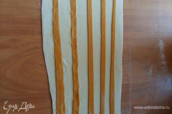 Нарезать ножом для пиццы оранжевое тесто на тонкие полосочки, выложить произвольно на белое.