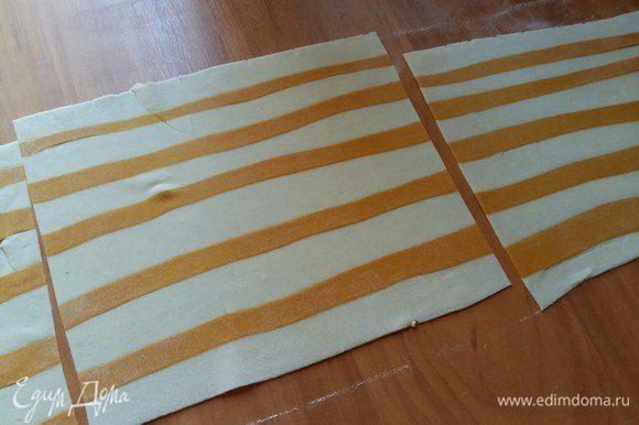 Прокатать скалкой, чтобы полосочки как бы впечатались в белое тесто. Нарезать на несколько пластов, для удобства.