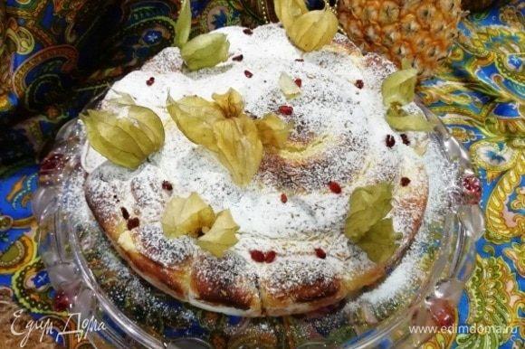 Украшаем по желанию. Я посыпала сахарной пудрой, украсила лепестками физалиса и ягодами барбариса.