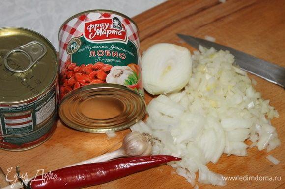 В то время, пока подходит тесто, приготовьте начинку. Мелко нарежьте лук и отправьте обжариваться на сливочном масле. Масла не жалейте, фасоль любит его. Начинка должна получиться сочной.