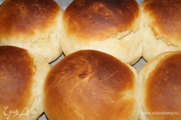 После того, как тесто поднялось, делим его на две части, раскатываем две колбаски и каждую колбаску делим лопаткой на 6 частей (получается 12 булочек). Из кусочков теста скатываем руками ровные шарики (благодаря р. маслу тесто будет легко скатываться в колобки), выкладываем их на противень, застеленный пекарской бумагой. Даем подняться минут 20, смазываем желтком с сахаром (можно смазать просто р. маслом после выпекания).