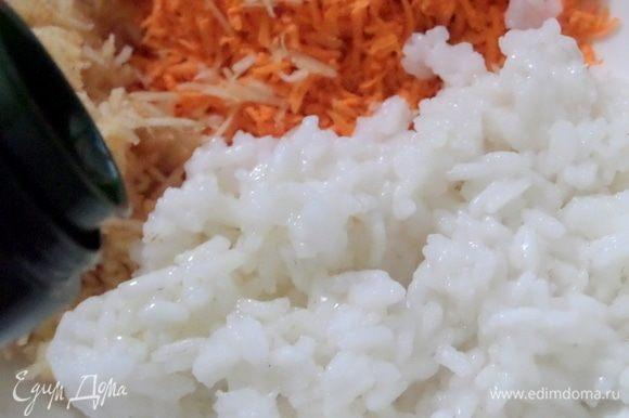Добавить разваристый рис, оливковое масло (ложку).
