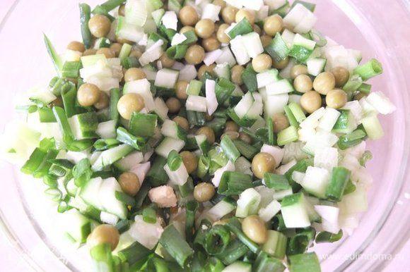 Яйца, огурец, зеленый лук мелко режем. Добавляем зеленый горошек ТМ «Фрау Марта», перемешиваем.