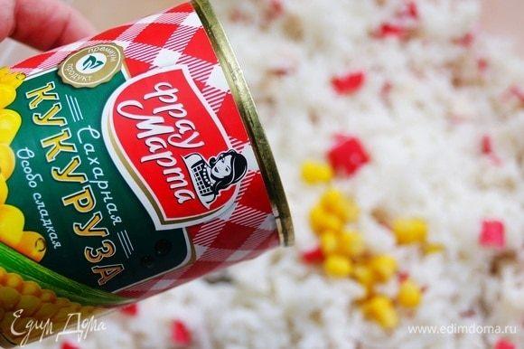 В глубокую кастрюлю или контейнер высыпаем отваренный рис, нарезанные крабовые палочки. Сливаем из консервированной кукурузы ТМ «Фрау Марта» воду и добавляем к остальным ингредиентам.