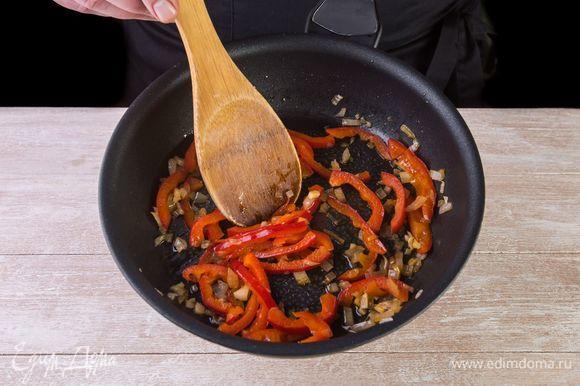Обжарьте лук с чесноком и сладким перцем на сковороде до размягчения. Добавьте к овощной зажарке ломтики филе и стручковую фасоль. Снимите с огня.
