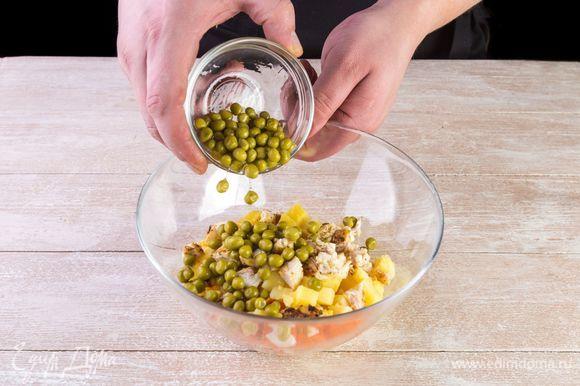 Смешайте все ингредиенты в салатнике. Добавьте к ним банку зеленого горошка, предварительно слив всю жидкость.