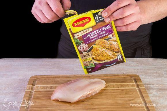 Отбейте куриное филе до толщины 1,5–2 см.