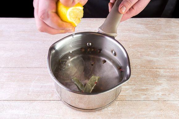 Доведите кастрюлю с водой до кипения, добавьте лавр, перец горошком и лимонный сок.