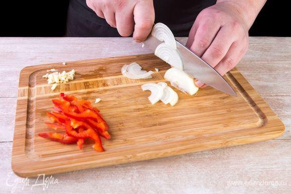 Нарежьте сладкий перец соломкой, лук — тонким полукольцами и измельчите чеснок.