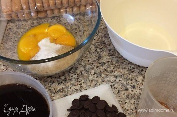 Я люблю этот рецепт за его простоту и быстроту. Самое главное — просто сделать все правильно, не спешить, и тогда спустя 10–15 минут вкусный десерт будет у вас в кармане. Итак, сварить кофе, остудить и добавить 0,25 мл коньяка.
