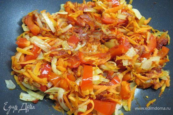 Морковь очистить, натереть на крупной терке. Перец нарезать соломкой. Добавить в сковороду к луку, обжарить на среднем огне несколько минут, затем добавить томатную пасту.