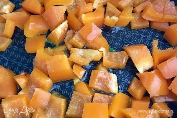 В сковороде разогреть столовую ложку растительного масла и обжарить перчик почти до готовности.