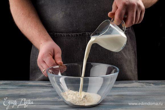 В теплом молоке разведите дрожжи, добавьте 2 ст. ложки муки и 2 ч. ложки сахара. Хорошо перемешайте и дайте постоять полчаса.