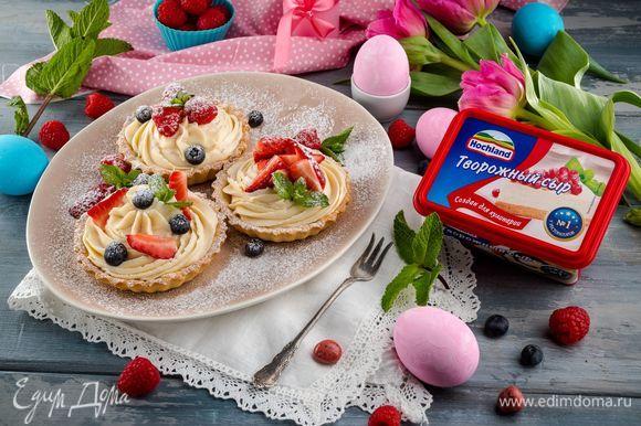 Украсьте свежими ягодами и листочками мяты. Приятного аппетита!