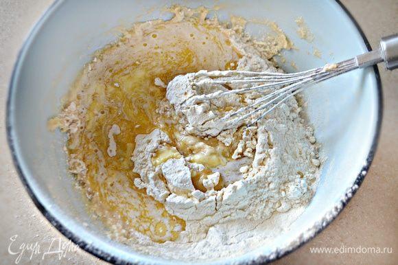 Добавить растопленное сливочное масло и перемешать.
