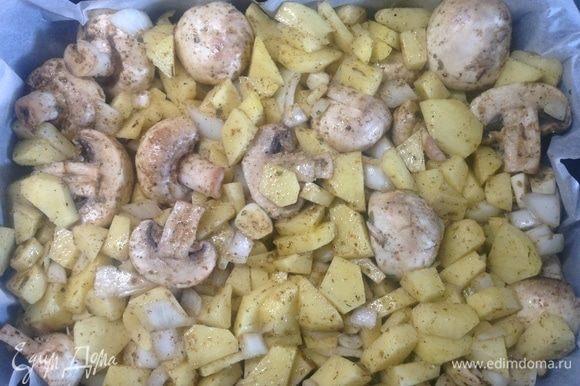 Номер 6! Картошка, нарезали в нее лук — репку, чеснок, соль-перец, вот тут сбрызнули растительным маслом, и половинки шампиньонов сырых-свежих. Непередаваемо.