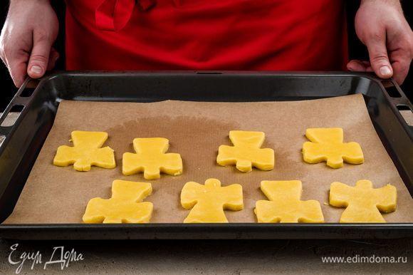 Застелите противень промасленным пергаментом и выложите на него печенье. Выпекайте его 15–20 минут при температуре 180–200°С.