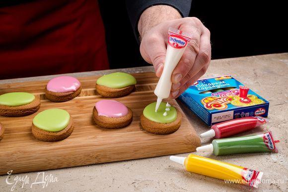 Также украсьте пряники цветными сахарными карандашами Dr. Oetker.