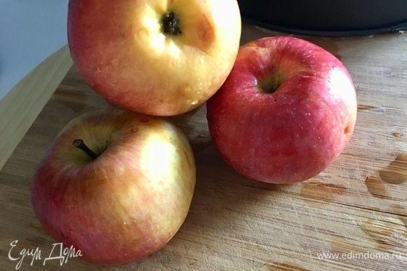 Тем временем подготовим яблочный мусс, потому что ему необходимо будет еще остыть. Этот шаг можно сделать заранее. Я взяла четыре среднего размера яблочка. Помыть и обсушить. Очистить от кожуры. Этот момент, к сожалению, я забыла, но на вкус это не повлияло.