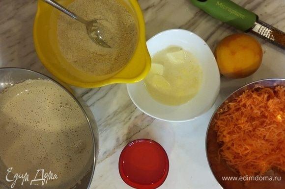 Приготовим бисквит. Взбить яйца с сахаром до пышной пены. Перемешать сухие ингредиенты и аккуратно добавить в яйца. Добавить масло, затем — мелко тертую морковь и цедру.