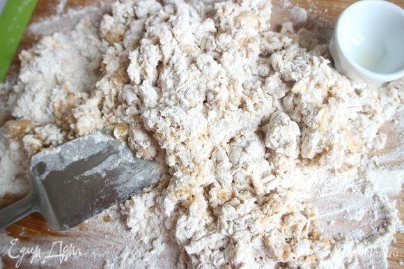 Замесить тесто. Добавить оливковое масло, соль, перемешать. Замес продолжается до тех пор, пока тесто не станет плотным, гладким и эластичным.