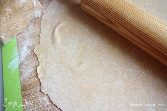 Раскатать кусочек теста максимально тонко на присыпанной пшеничной мукой поверхности, раскатывать нужно от центра к краям. Оставшееся тесто обязательно завернуть в пленку, так как оно быстро сохнет.
