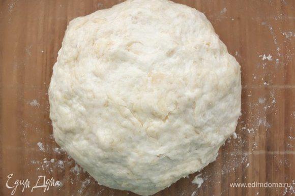 Добавляем теплую воду и замешиваем тесто. Пачкать руки почти не придется, тесто отлично смешивается. В конце немного смазываем руки растительным маслом, собираем тесто и придаем ему форму шара. Накрываем полотенцем и ставим в теплое место для подъема на час.
