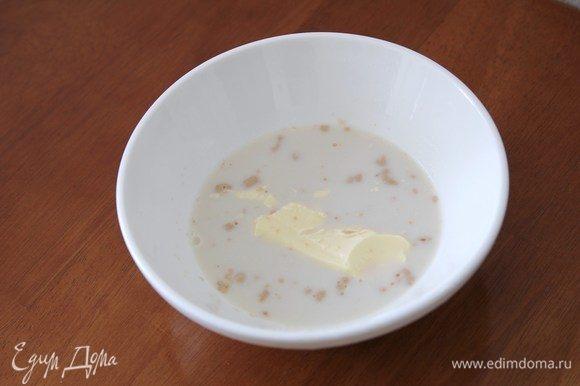 Сливочное масло предварительно достать из холодильника на один час. 50 граммов масла добавить в молоко с дрожжами.