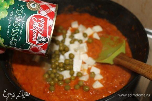 В конце приготовления выложите в соус нарезанный кубиками сыр и зеленый горошек ТМ «Фрау Марта».