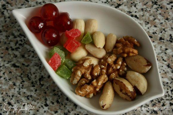 Отложите несколько орехов, немного цукатов и глазированной вишни для украшения.