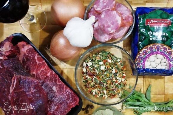 Подготовим необходимые ингредиенты. Фасоль белая ТМ «Националь» идеально подходит для этого блюда. Свежую морковь я заменила на сушеную (на вкусе блюда это никак не сказалось). Колбасу берите качественную, лучше натурального копчения.
