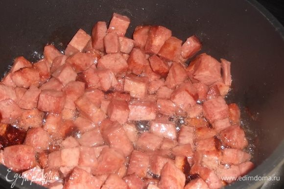 Колбасу нарезать и обжарить.
