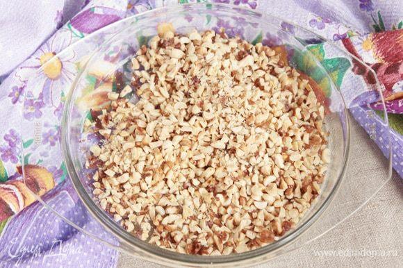 Остывшие грецкие орехи и арахис порубить ножом на мелкие кусочки. Перемешать.