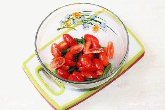 Добавьте нарезанные помидоры.
