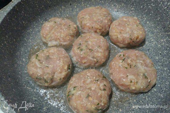 В сковороде с добавлением растительного масла на среднем огне обжарить биточки с обеих сторон.