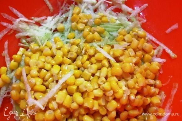 Натрем редьку, вместе с кукурузой выложим в миску.