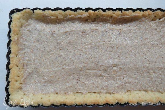 На подпеченную основу выложить орехово-сливочную начинку.