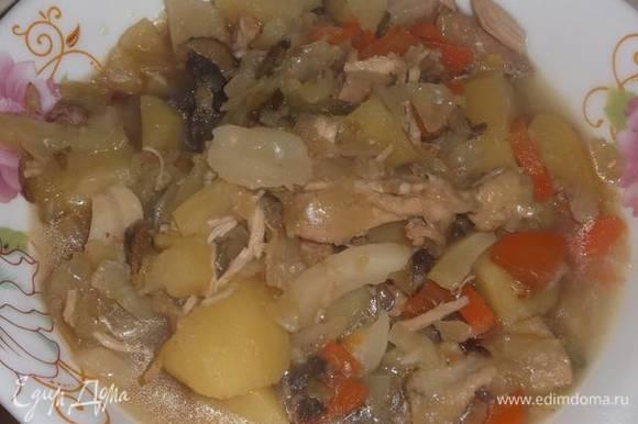 Курицу порвала на куски. Отправила обратно в бульон. Добавила нарезанный картофель, капусту, морковь и лук. Довела до кипения.