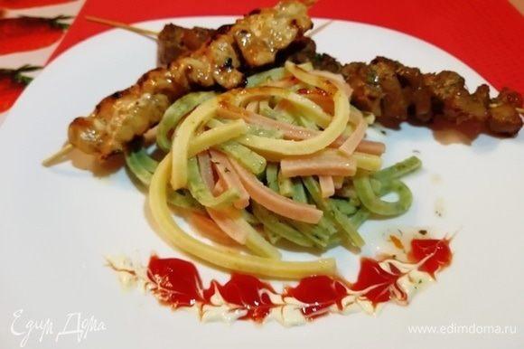 Перед подачей пасту-поленту сбрызгиваем оливковым маслом. Выкладываем на тарелку с шашлычками и подаем.