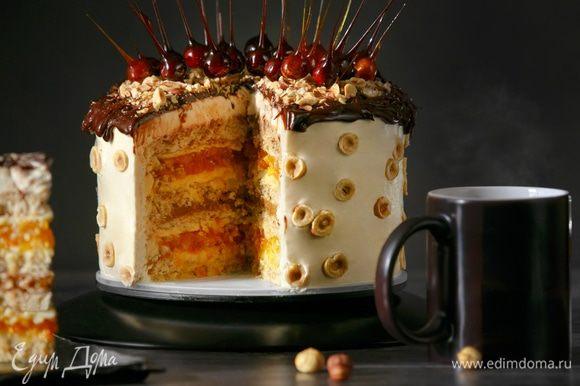 Прошу прощения за неидеальный разрез. Это всего лишь мой второй торт, я только учусь). Торт сладкий в меру, а его вкус очень разнообразный. Это шикарное сочетание жареных лесных орешков, ароматной кураги, нотки апельсиновой цедры, вареной сгущенки, крем-чиза, белого шоколада/темного шоколада, хрустящей карамели и снова лесных орешков. А главное, торт натуральный на 100 %. Если собранный торт постоит в холодильнике ночь, то будет еще вкуснее, его вкус лучше «раскроется».