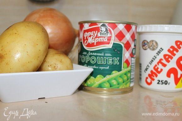 Нарежьте картофель крупными кубиками. Отварите картофель в воде с добавлением уксуса. Старайтесь не допустить бурного кипения, чтобы кубики сохранили свою форму и не разварились.
