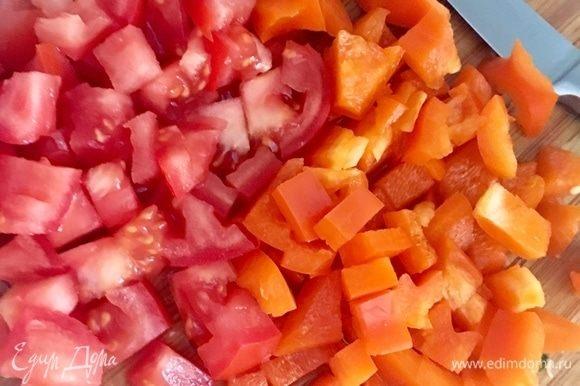 Болгарский перчик освободить от семенной сердцевинки и нарезать кубиком. Помидоры также нарезать кубиком. Количество овощей также регулируется под ваш вкус. Но изначально предполагалось, что итальянский минестроне должен быть густым и наваристым.