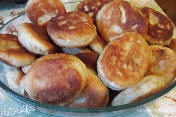 Сперва нужно отварить картофель, отвар не сливаем. В отваренный картофель добавляем сливочное масло, зелень, соль, перец по вкусу и перемешиваем до однородности.