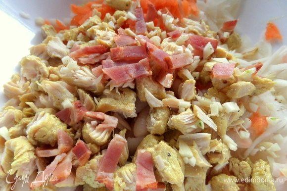 Покрошить в салат курицу (любую готовую) и бекон.